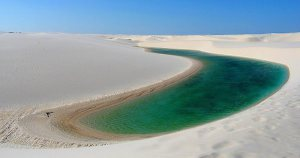 Crescent-Lake-in-Chinas-Gobi-Desert